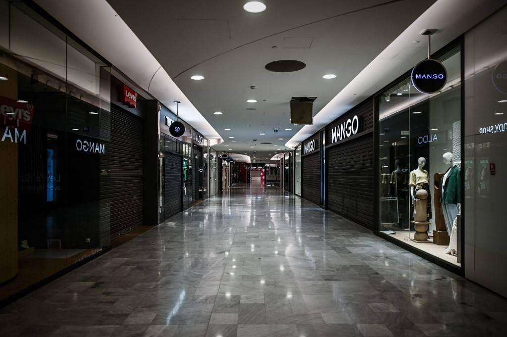 Avec deux mois de fermeture pour le commerce physique-la-collection printemps été 2020 est restée en stocks AFP