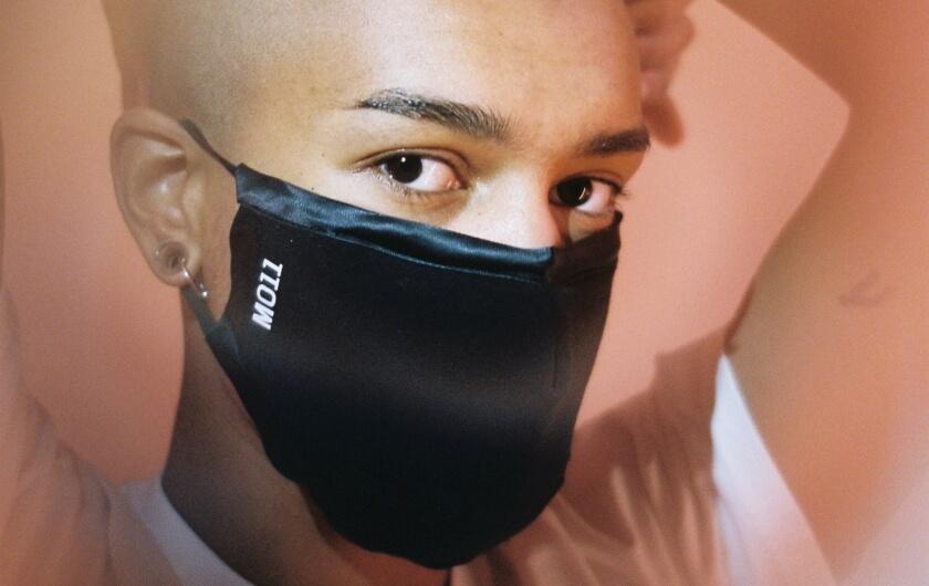 Le masque de Manifeste011 ©Hélène Mastrandreas. Modèle Sonia Deville
