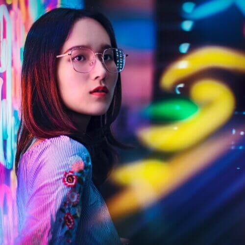 Image d'une femme prise en photo sous les néons